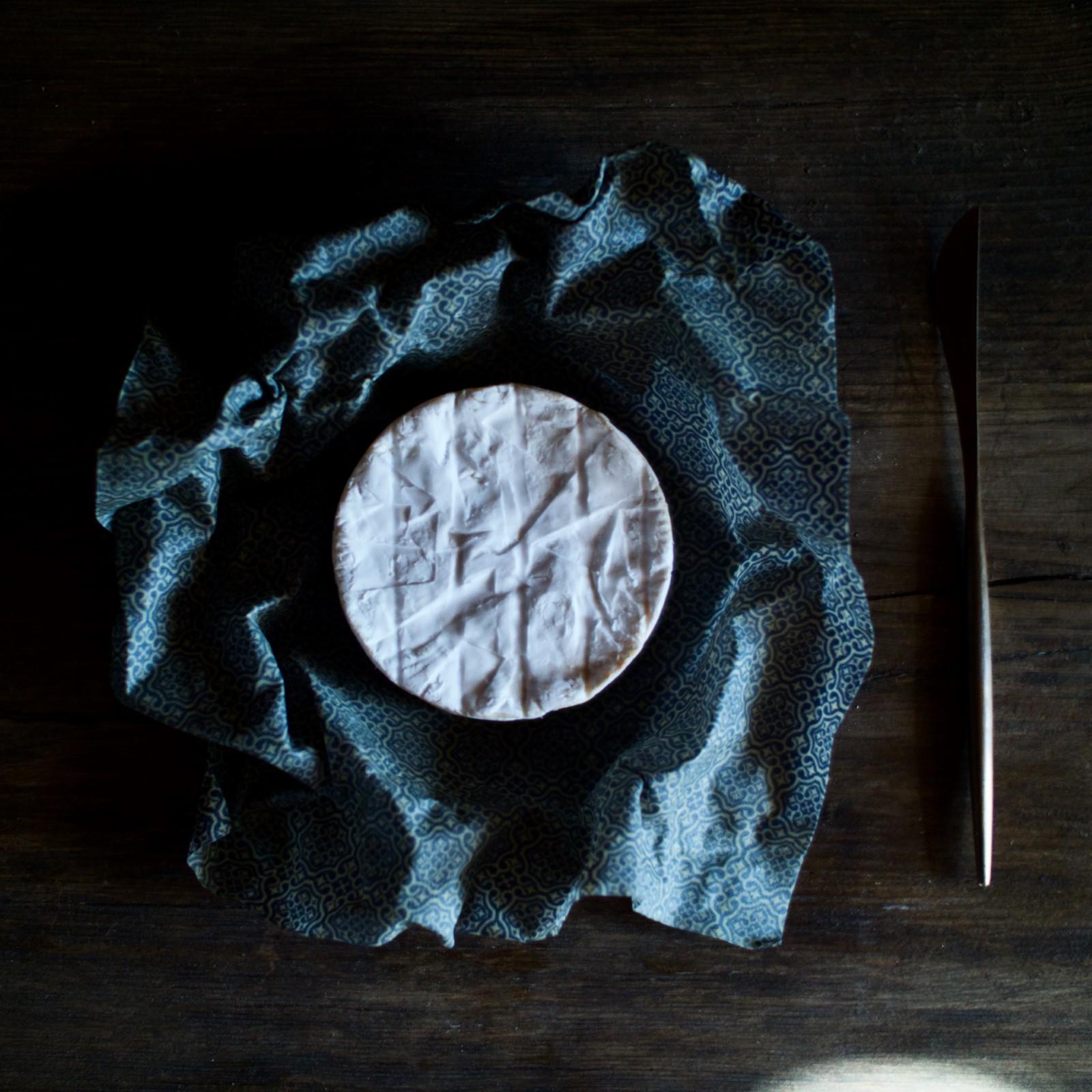 Käse in Wachstuch Maurische Ornamente